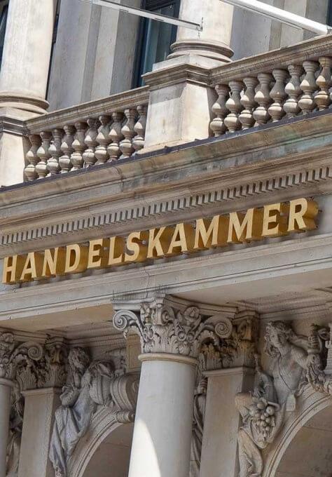 Die Fassade der Handelskammer Hamburg - hier finden hamburger Unternehmer und Kaufleute zueinander